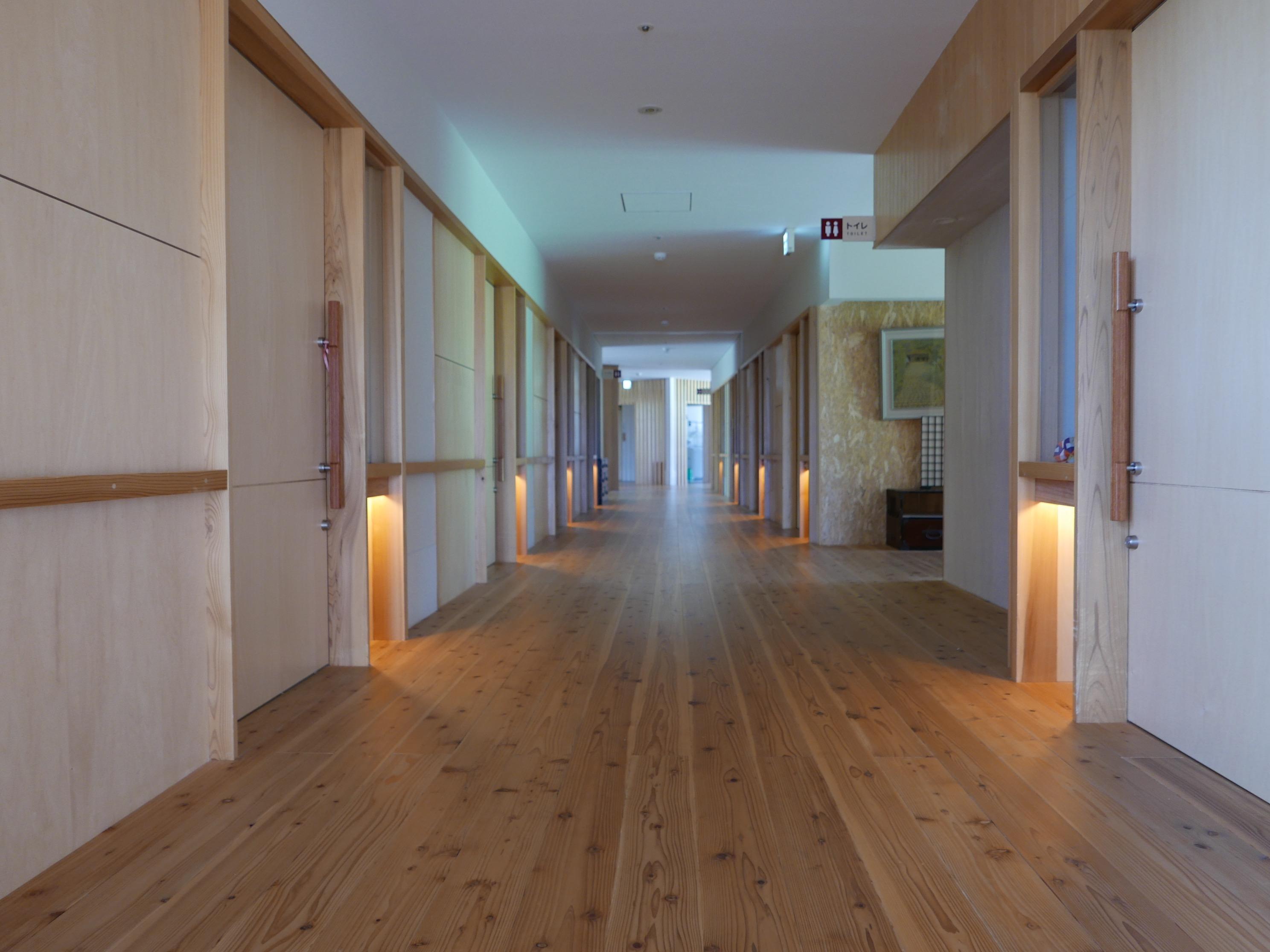 施設内の長い廊下 灯りや通路の幅にも工夫が