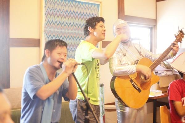 イキイキと音楽を奏でる訪問者たち